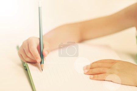 用铅笔书写的儿童手