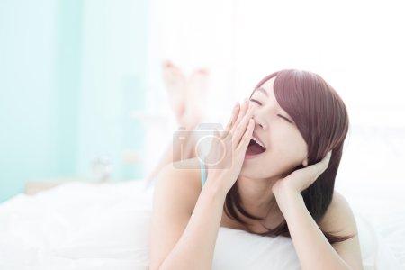 躺在床上的女人