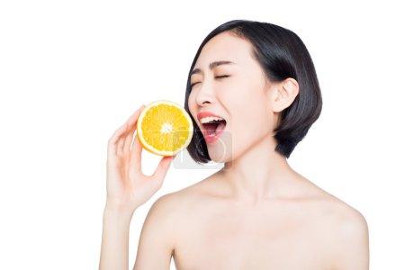 中国的女人在她手里的橘子