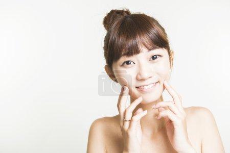 亚洲女人与美丽的脸和完美的肌肤