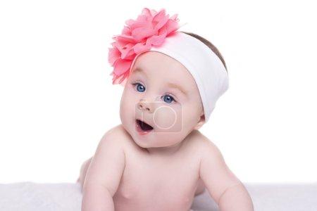 可爱的小宝贝女孩粉红色的蝴蝶结花她他的肖像